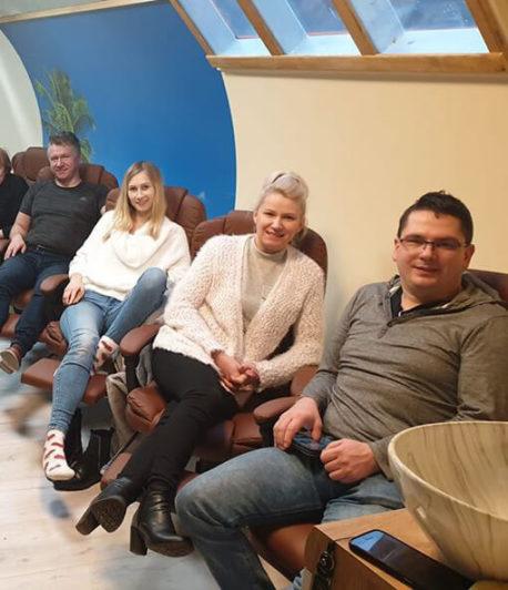 Grupa osób siedząca na fotelach w komorze normobarycznej