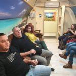 grupa osób w trakcie zabiegu w komorze normobarycznej